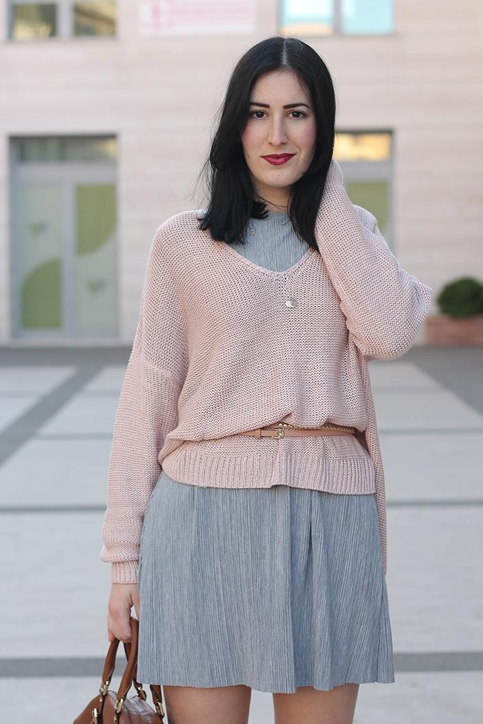 outfit-primavera-vestito-grigio-maglione-rosa-accessori-cuoio-8
