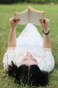 outfit boho vestito bianco pizzo libro parco