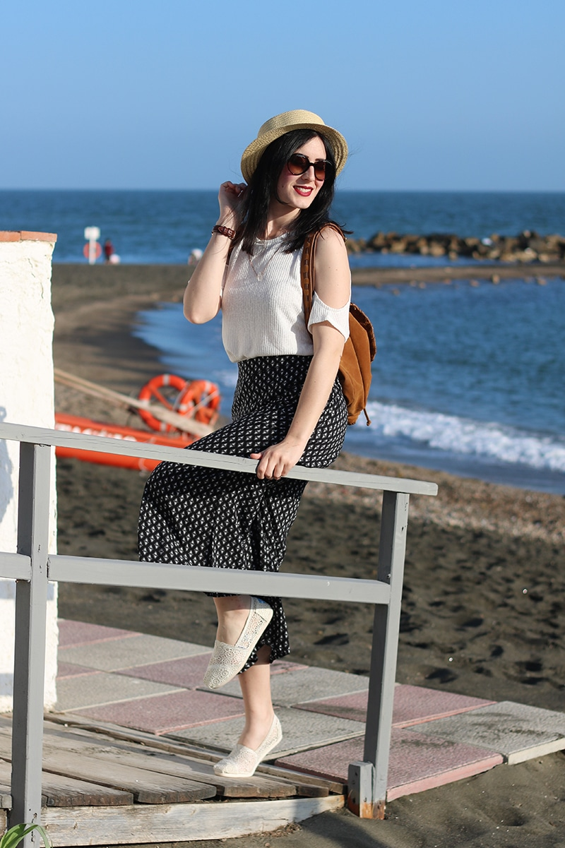 outfit pantaloni culotte off the shoulder top espadrillas toms