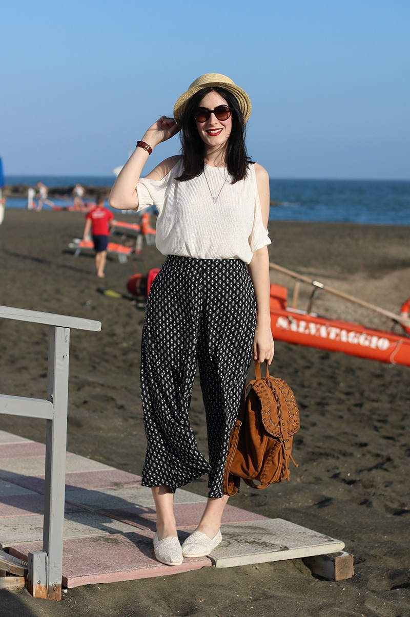 outfit-pantaloni-culottes-off-the-shoulder-top-espadrillas-toms-2