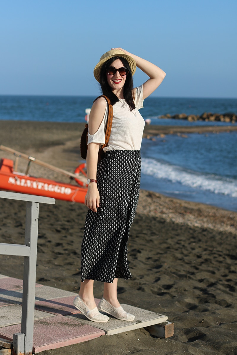 outfit-pantaloni-culottes-off-the-shoulder-top-espadrillas-toms-3