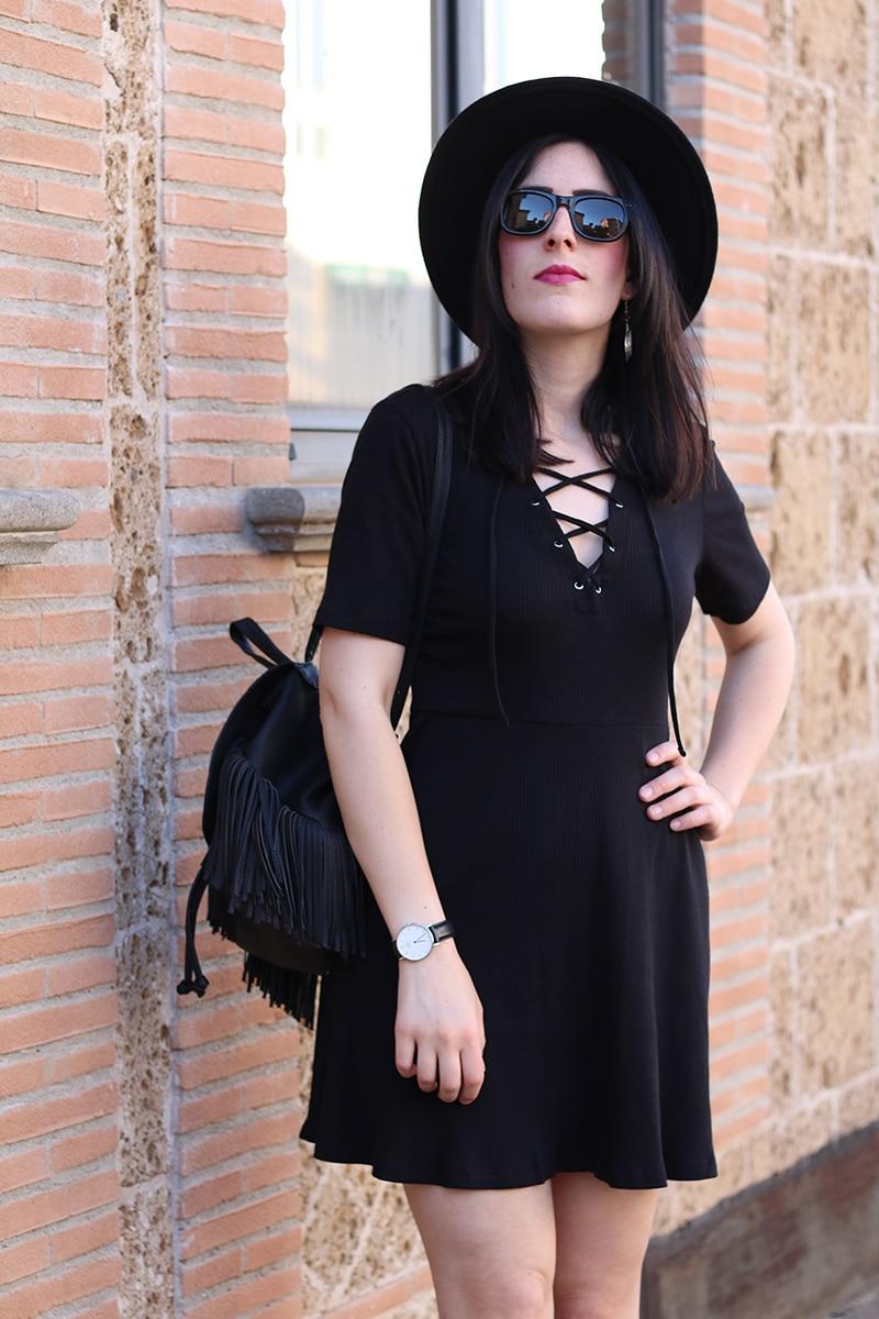 outfit-total-black-boho-chic-vestito-laccetti-hm-zainetto-frange-10