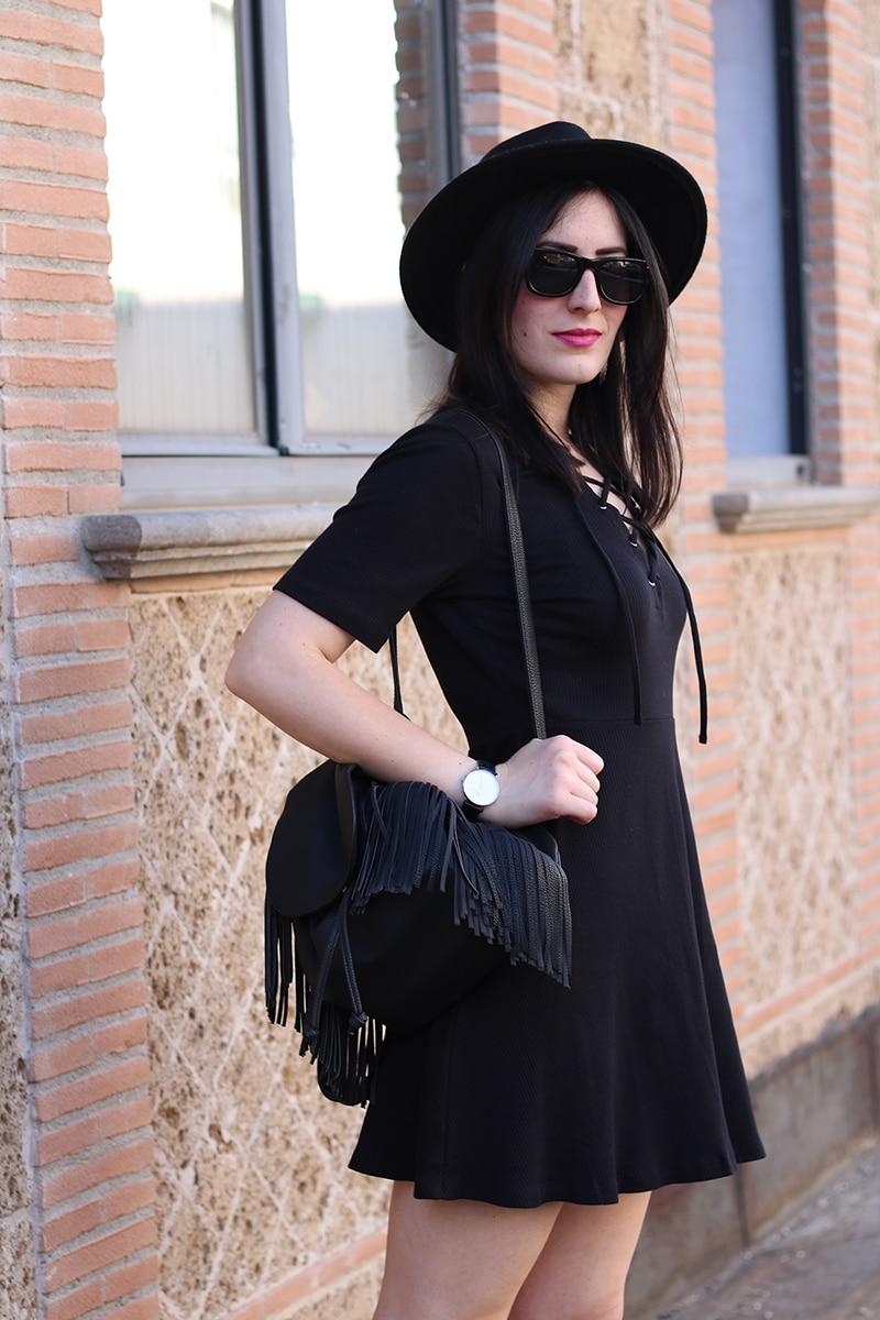 outfit-total-black-boho-chic-vestito-laccetti-hm-zainetto-frange-11