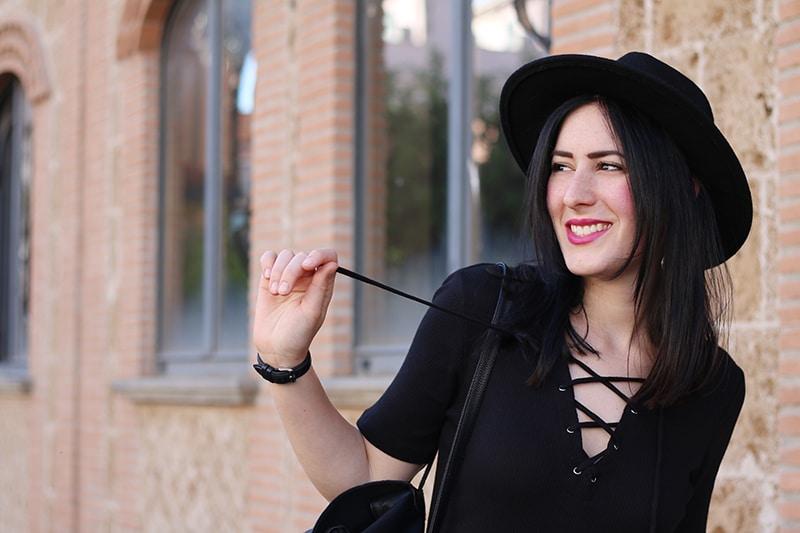 outfit-total-black-boho-chic-vestito-laccetti-hm-zainetto-frange-2
