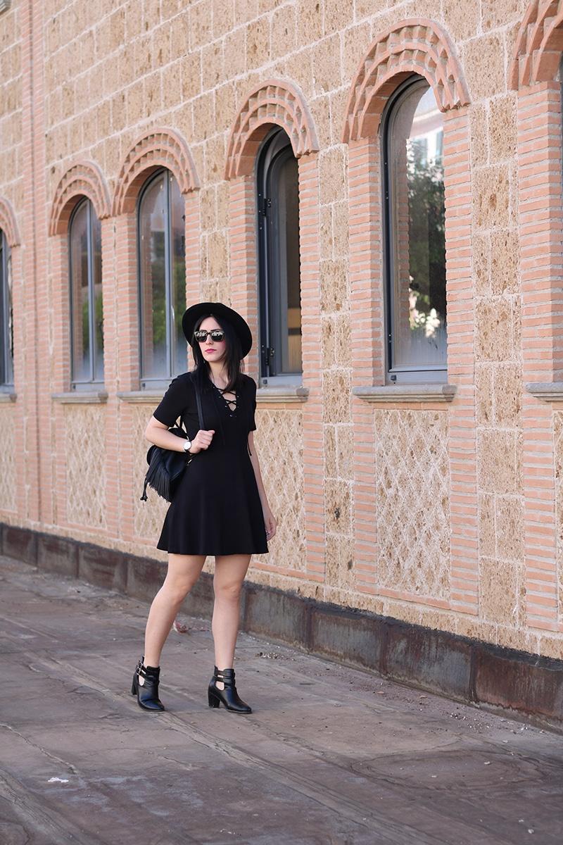 outfit-total-black-boho-chic-vestito-laccetti-hm-zainetto-frange-3