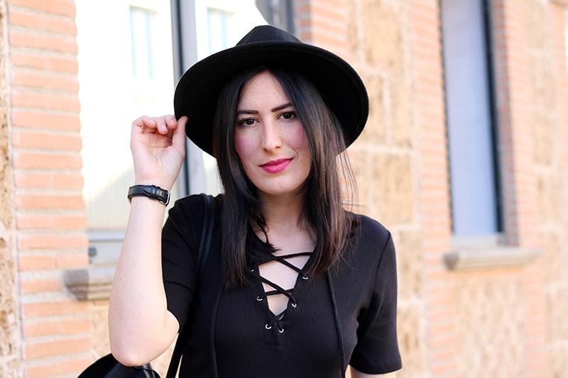 outfit-total-black-boho-chic-vestito-laccetti-hm-zainetto-frange-4