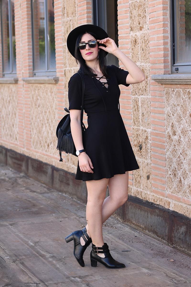 outfit-total-black-boho-chic-vestito-laccetti-hm-zainetto-frange-6