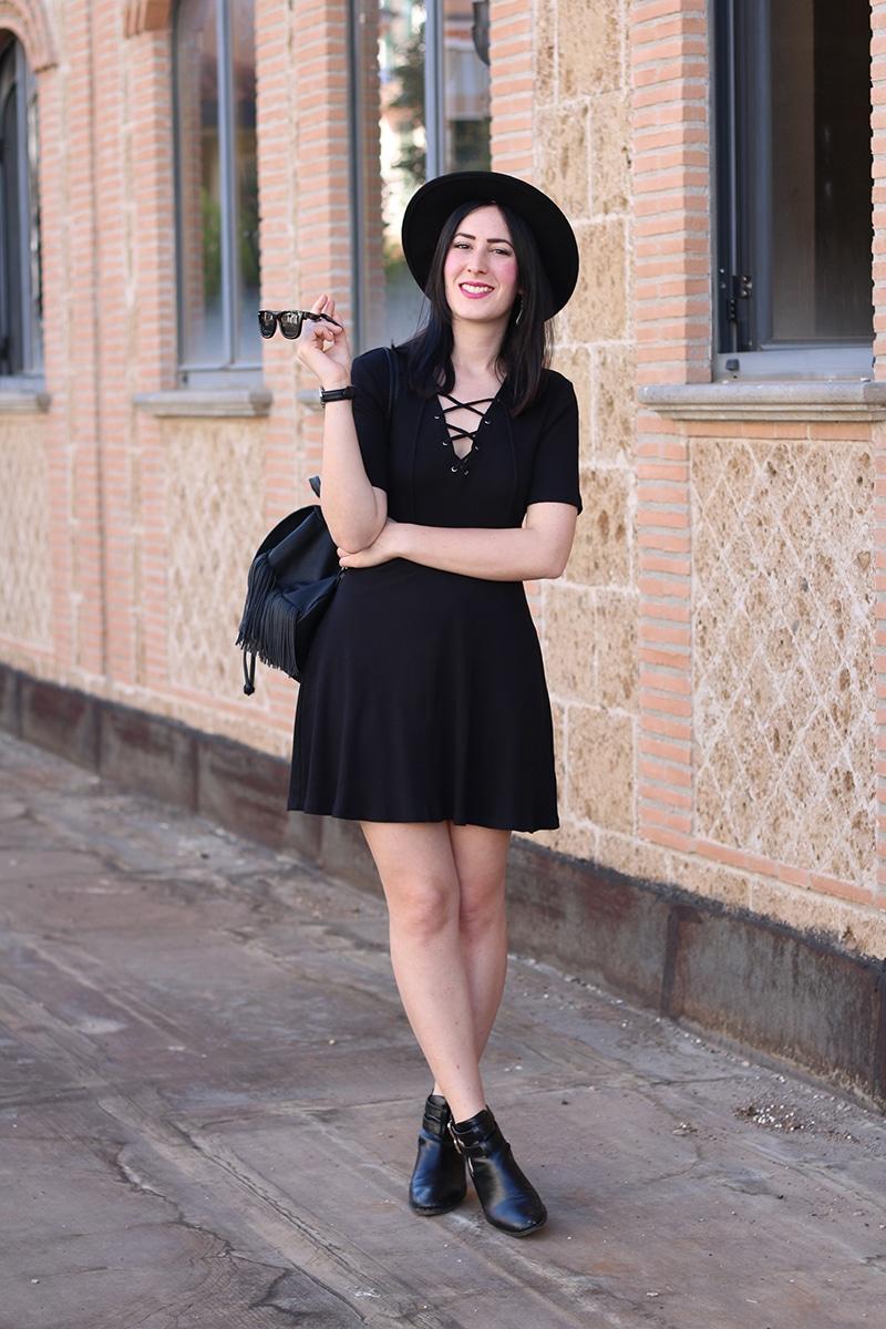 outfit-total-black-boho-chic-vestito-laccetti-hm-zainetto-frange-7
