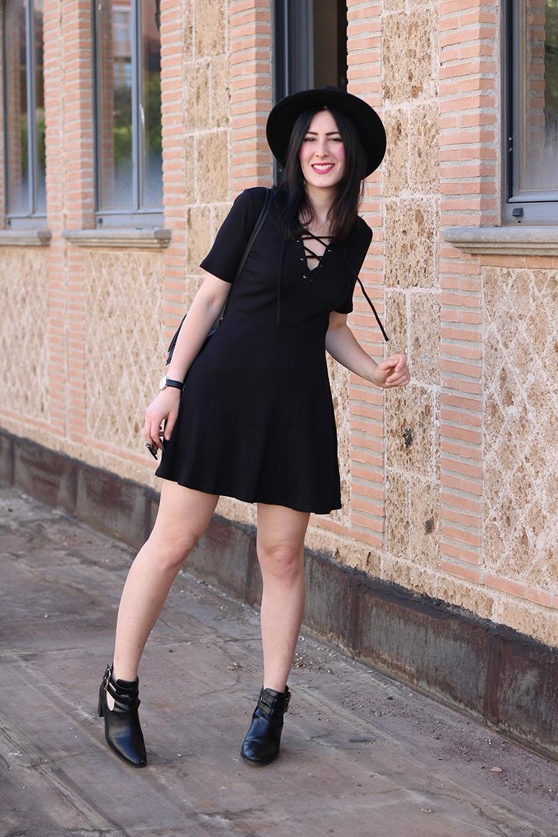outfit-total-black-boho-chic-vestito-laccetti-hm-zainetto-frange-8