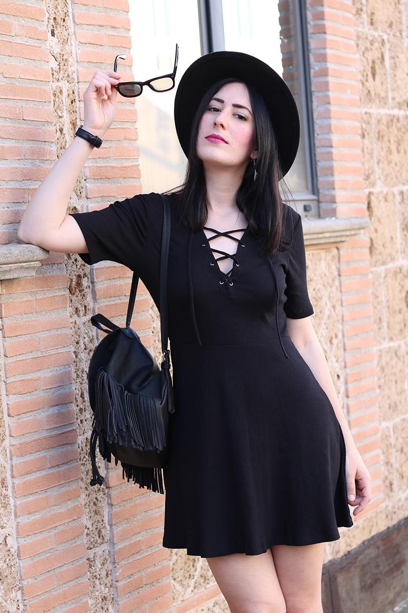 outfit-total-black-boho-chic-vestito-laccetti-hm-zainetto-frange-9