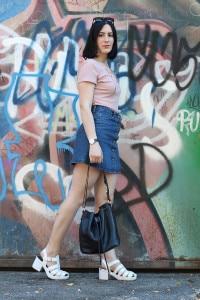 outfit anni novanta gonna jeans sandali ragnetto