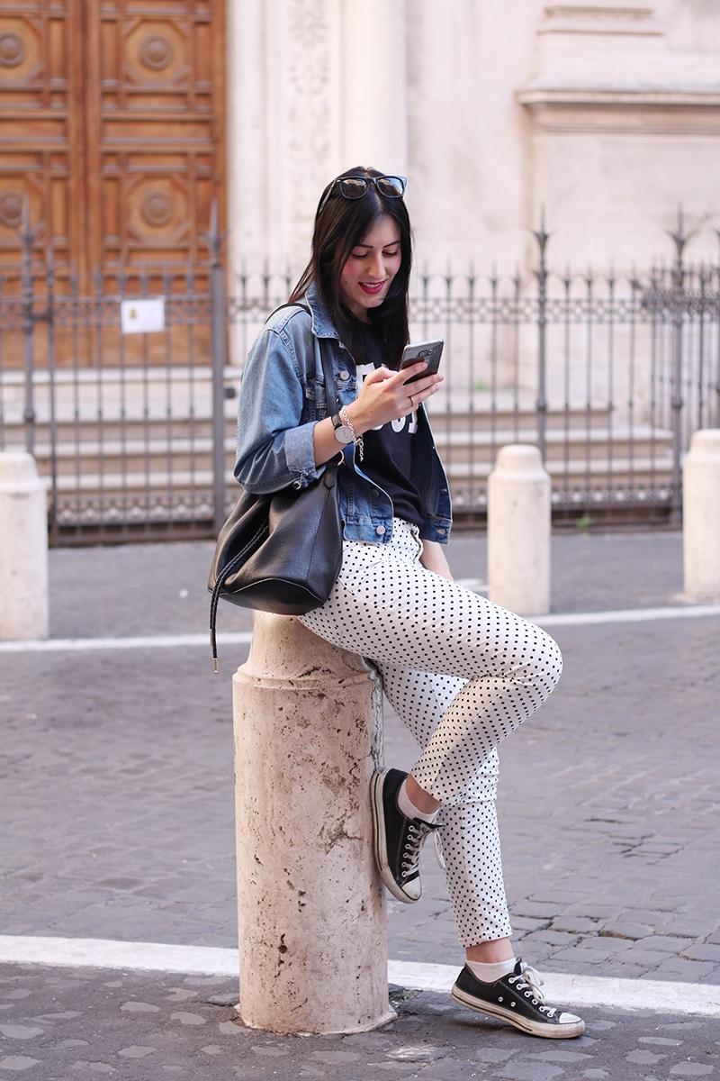 outfit-pantaloni-pois-converse-tshirt-levis-3