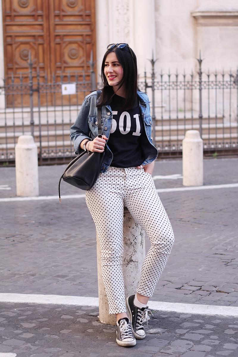 outfit-pantaloni-pois-converse-tshirt-levis-5