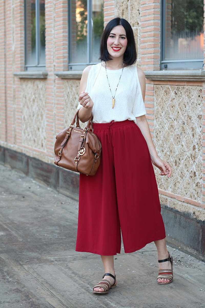 outfit pantaloni culotte sandali gioiello top off the shoulder