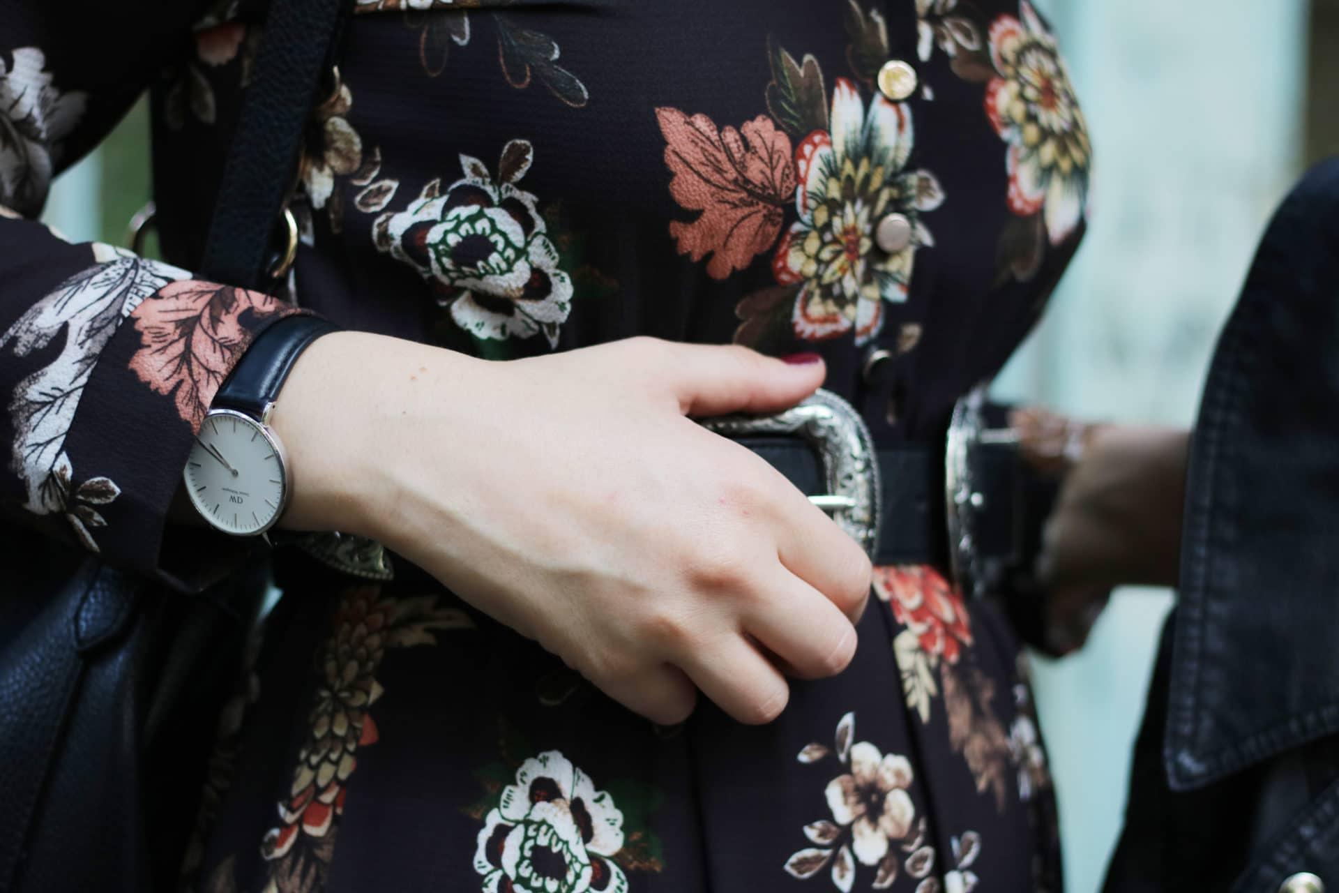 outfit autunnale con vestito lungo a fiori