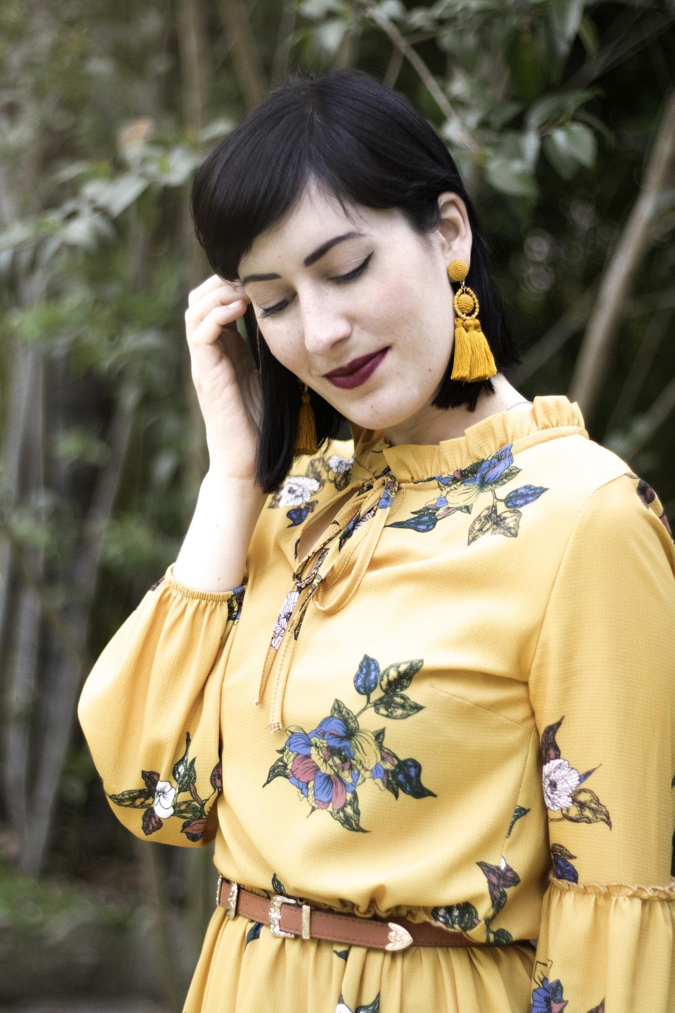 outfit primaverile con vestito senape a fiori