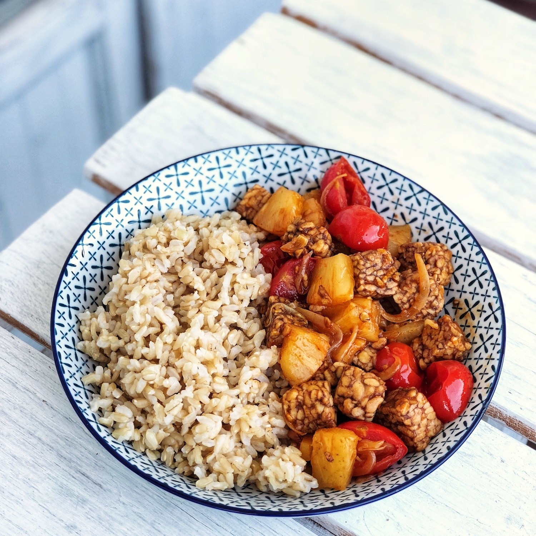 Come cucinare il tempeh: ricetta con ananas e pomodorini caramellati