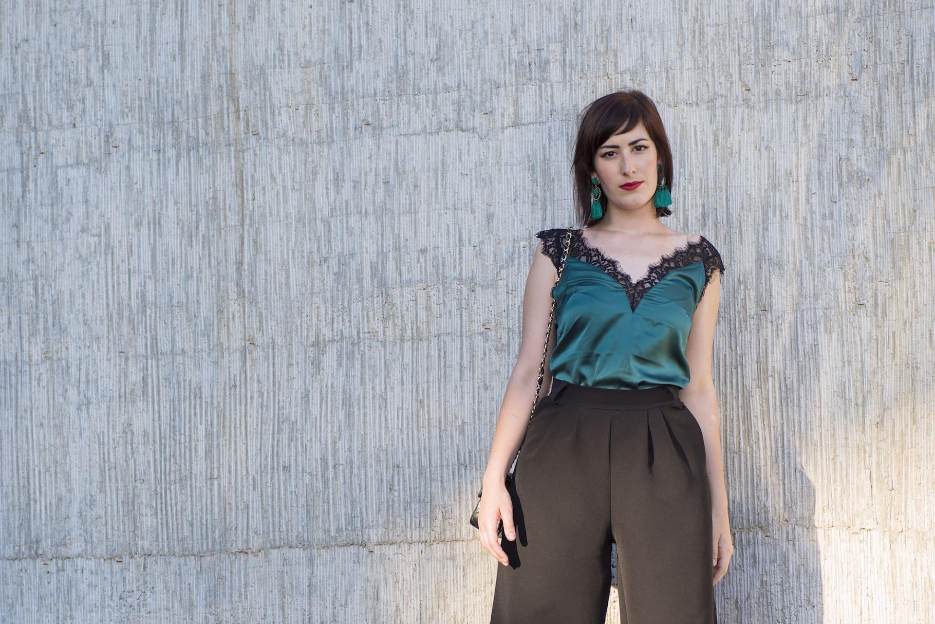 outfit elegante con top lingerie e pantaloni culotte