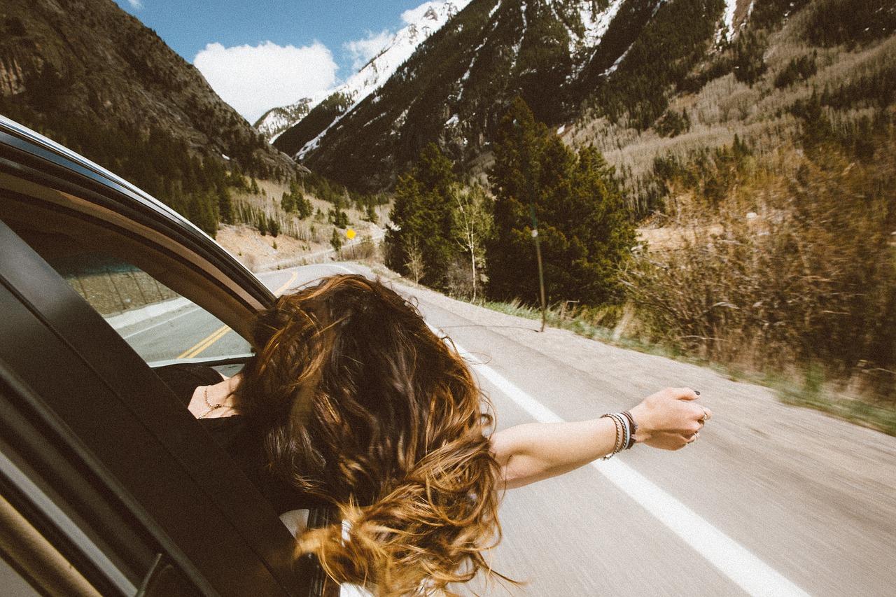 viaggiare in auto ragazza al finestrino