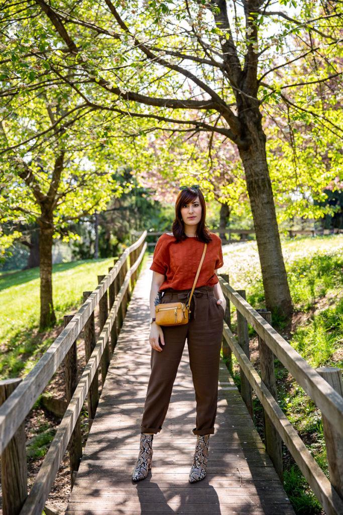 outfit primaverile con stivaletti pitonati e colori neutri
