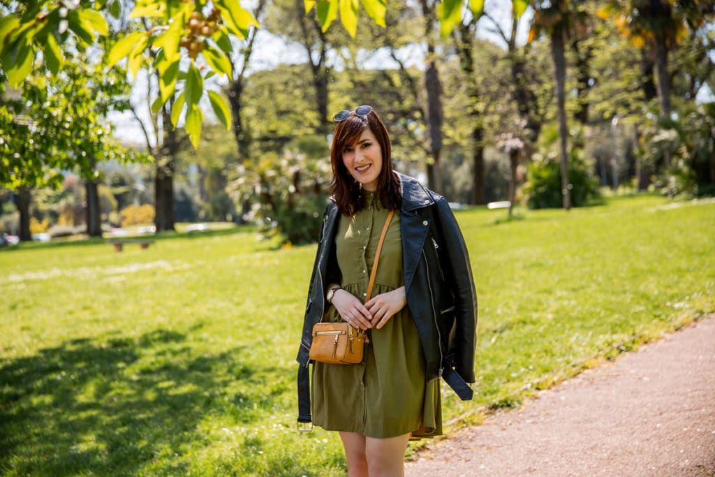 outfit abito verde militare e giacca di pelle