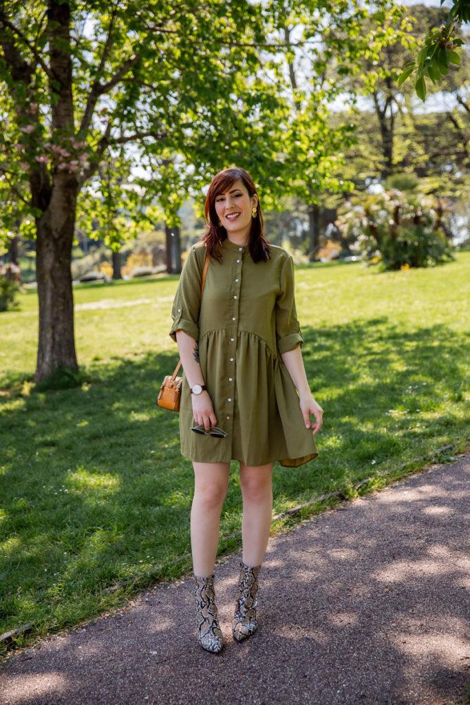outfit abito verde militare shein con stivaletti pitonati