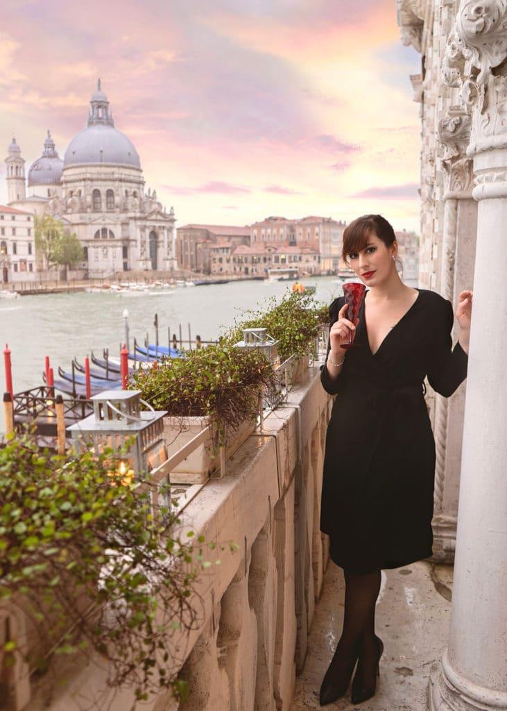 outfit elegante abito nero a portafoglio e tacchi a spillo