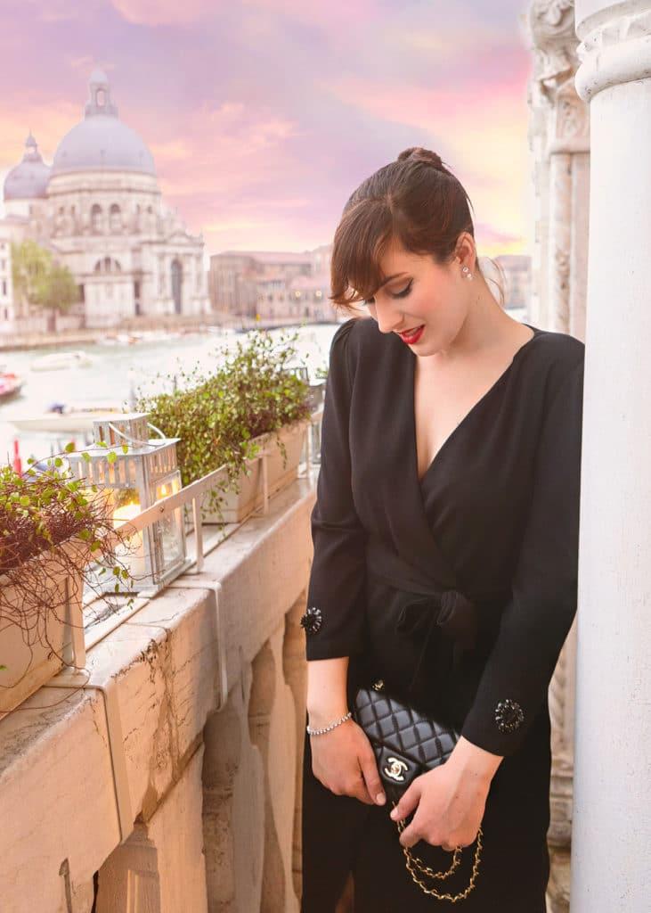 outfit elegante abito nero a portafoglio borsa Chanel