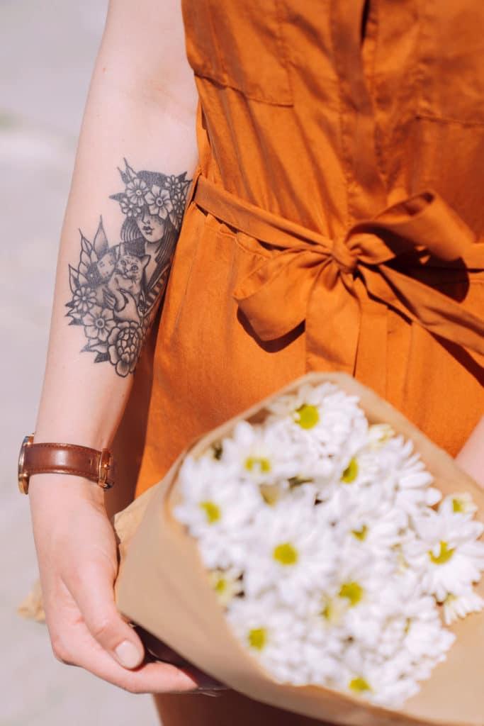 abito sahariano con mazzo di fiori