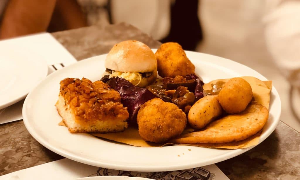 street food Palermitano sfincione, panelle, crocchè, arancina, caponata e panino câ meusa