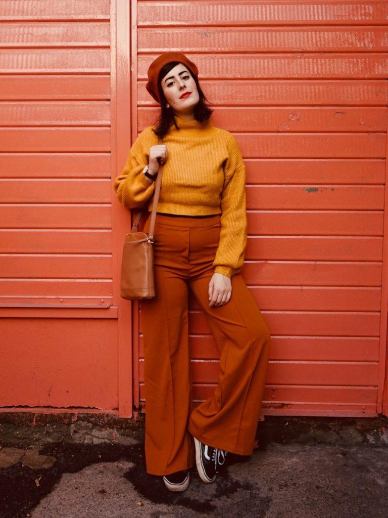 Outfit invernale con pantaloni palazzo e maglione senape
