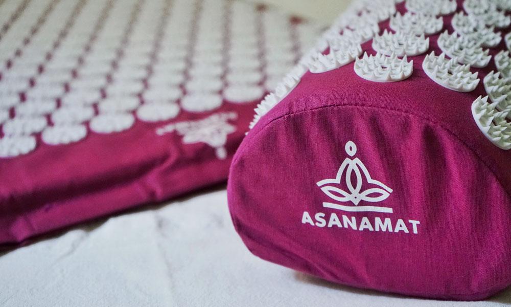 Tappetino chiodato e cuscino del marchio Asanamat
