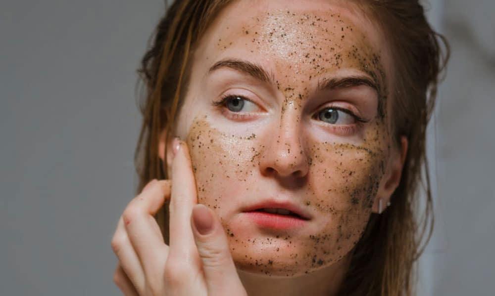 Skincare routine estiva scrub esfoliante viso